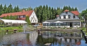Links: Biergarten am Waldteich Rechts: Pensionsgebäude